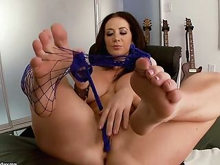 Weird Musician With Nice Bumpers Jayden Jaymes Shows Her Raw Vag